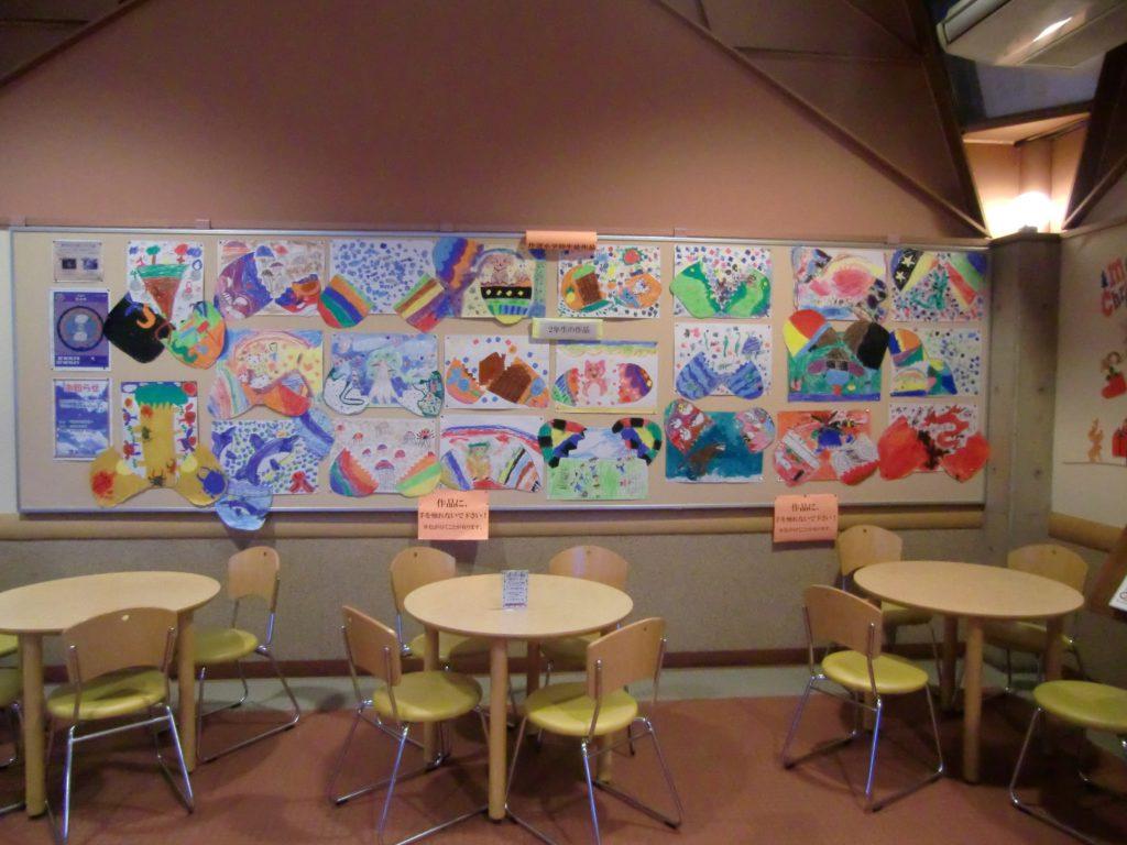 新湊食堂で作道小学校児童作品の展示